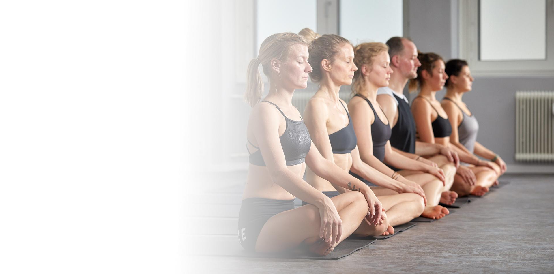 Sexy Yogalehrerin Gibt Schüler Ein Extra